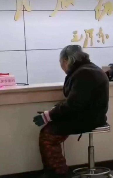 80岁的老太太冒雨交医保被拒,国务院连夜放大招